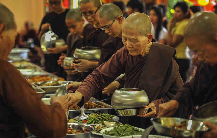 monjes budistas eligiendo comida vegetariana